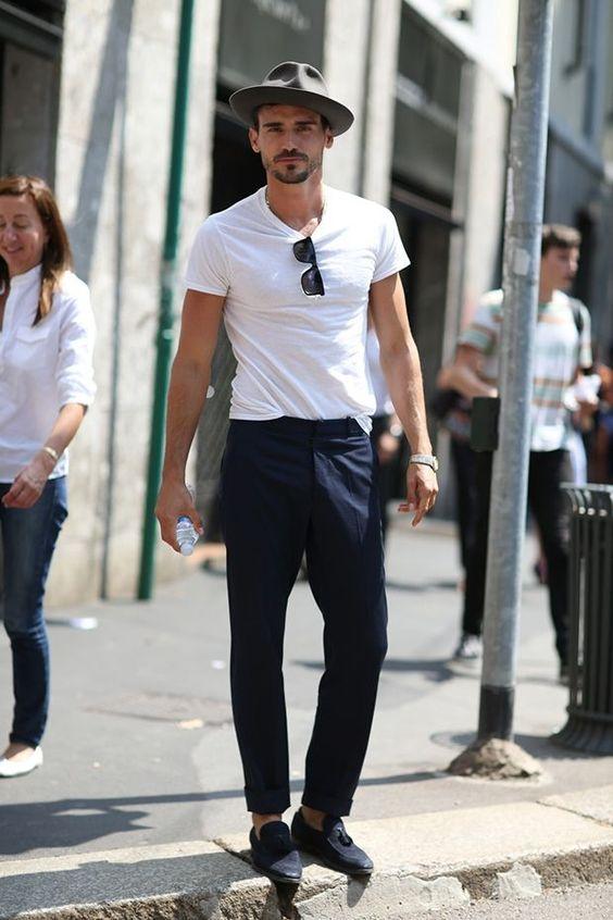 klasyczny biały tshirt w męskiej szafie