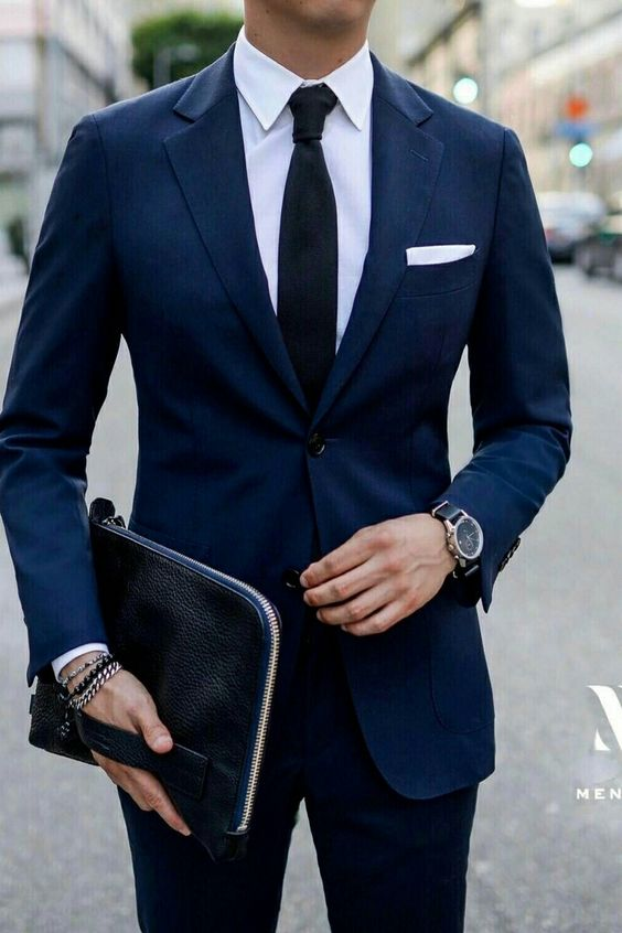 granatowy garnitur w męskiej garderobie