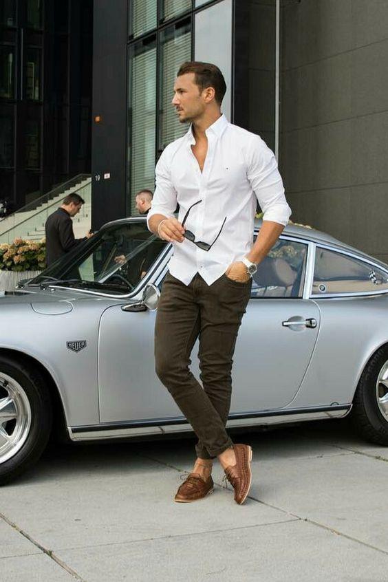 biała koszula w wersji casual