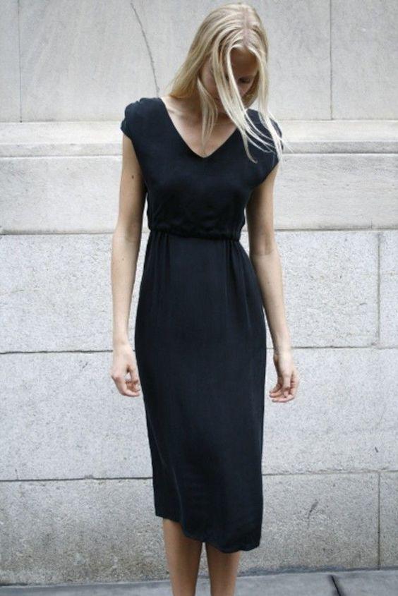 czarna sukienka w damskiej szafie