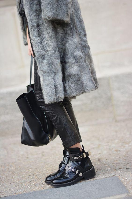 buty w stylu motocyklowym w damskiej garderobie